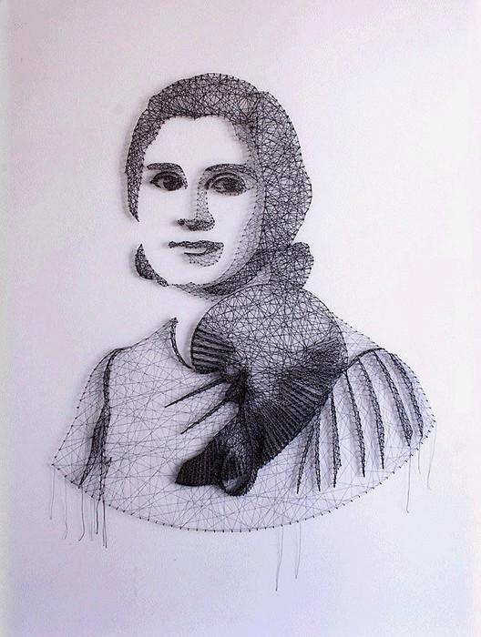 Женский портрет из ниток двух цветов