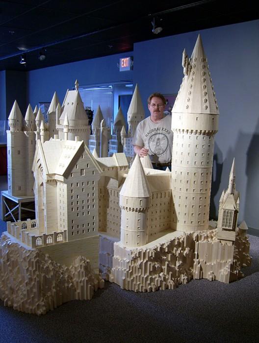 Патрик Эктон построил модель Хогвардса из книги о Гарри Поттере.У него ушло на это 602000 спичек и 16 галонов клея.