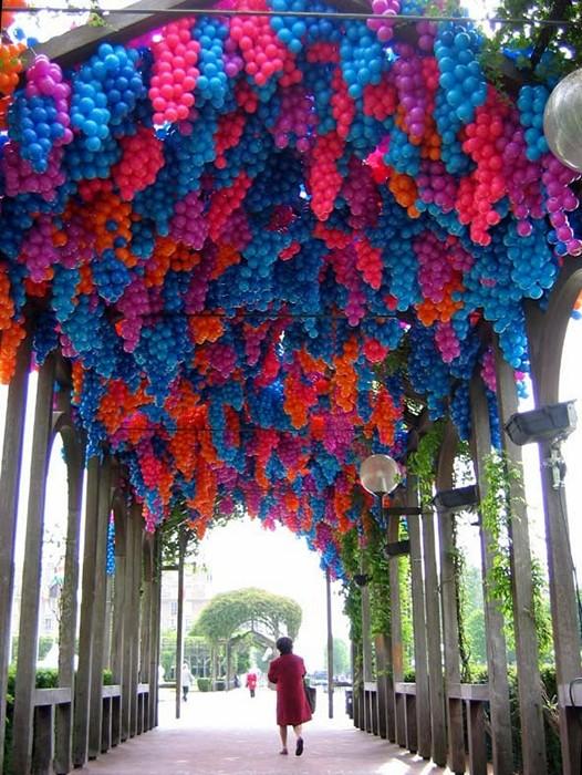 Pergola, инсталляция из 90 тыс. разноцветных пластиковых шариков, посвященная Клоду Моне