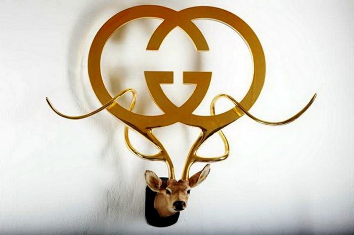 Брендовое оружие на рогах скульптур Питера Гронквиста (Peter Gronquist)