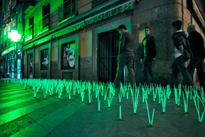 Сорняки-мутанты в виде световой инсталляции от Luzinterruptus