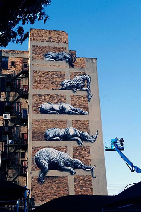 Шесть африканских животных на фасаде многоэтажки в Йоханнесбурге. Стрит-арт художника ROA