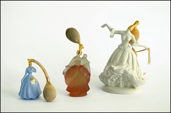 Керамические статуэтки в виде флаконов для духов