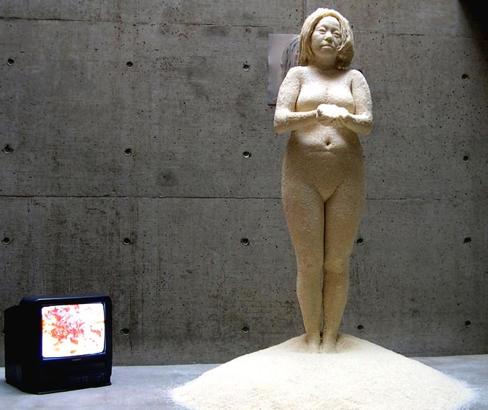 100 pounds of rice: рисовая скульптура-автопортрет Saeri Kiritani