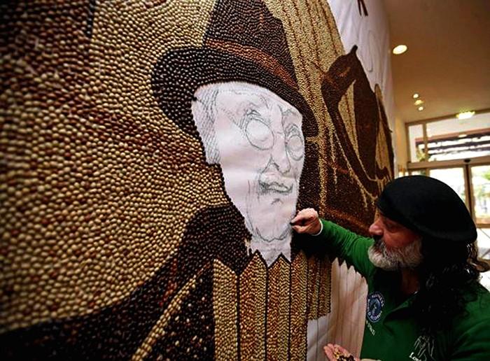 Мозаика Саимира Страти (Saimir Strati) из миллиона кофейных зерен