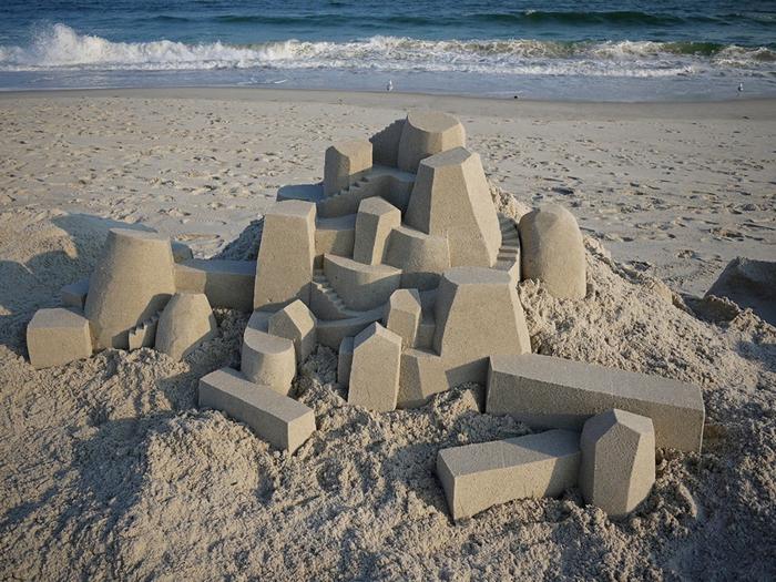 Трехмерные песочные замки на морском берегу