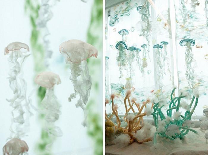 Медузы из органзы  в инсталляции Urban Aquarium