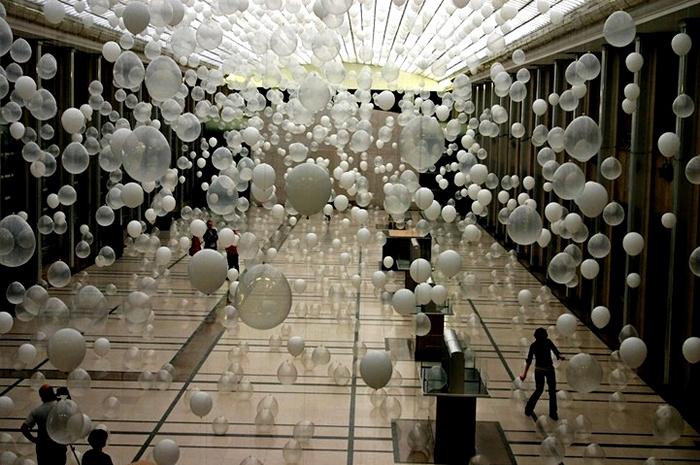 «Небольшая толпа» из тысячи шариков в музыкальной инсталляции Scattered Crowd