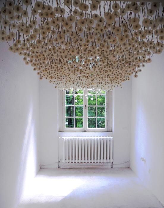 Инсталляция Suspended Dandelions из 2000 одуванчиков