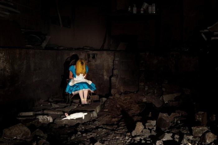 Алиса из Страны чудес в серии From Enchantment to Down. <br />Альтернативные мрачные концовки для знаменитых мультфильмов Диснея