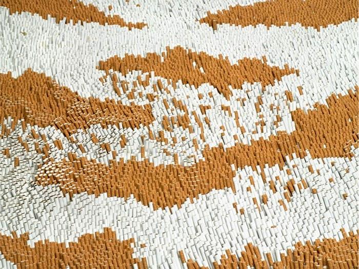 Китайский художник Xu Bing соорудил из 500 000 сигарет полосатую шкуру тигра