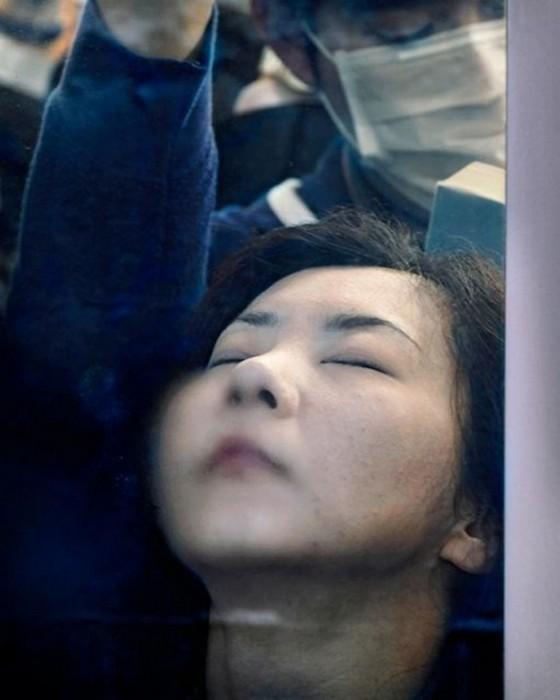 Фотопроект Tokyo Compression, или Давка в токийском метро