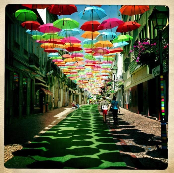 Umbrella Sky, инсталляция из разноцветных зонтов в Португалии