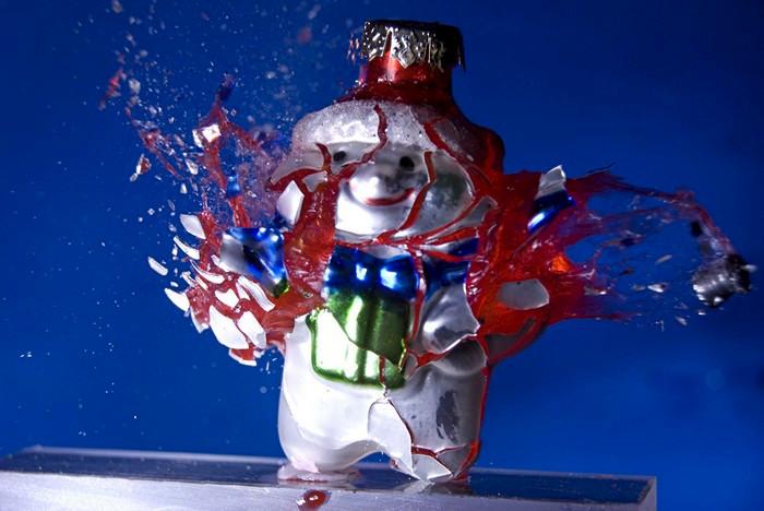 Смерть елочным игрушкам в арт-проекте War against Christmas Алана Сэйлера (Alan Sailer)