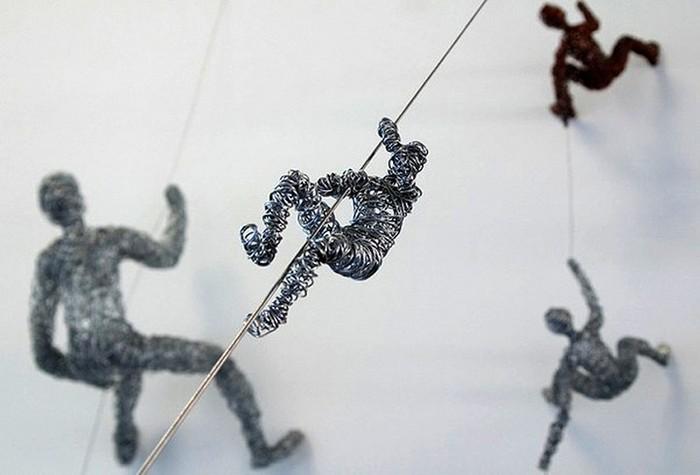 Маленькие альпинисты из проволоки. Инсталляция Криса Мэйсона (Chris Mason)