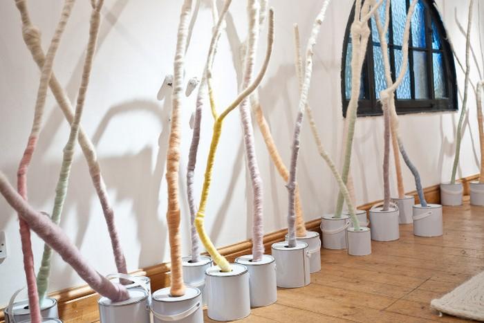 Лес шерстяных окрашенных деревьев Dyed in the wool. Арт-инсталляция студии Not Tom