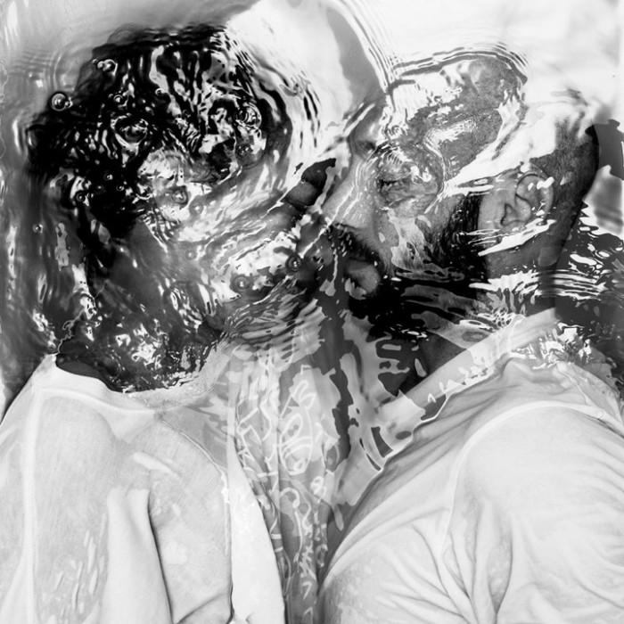 Люди-утопленники в аллегорической фотосессии Drowning