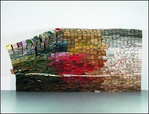 Разноцветная книжная инсталляция Anouk Kruithof