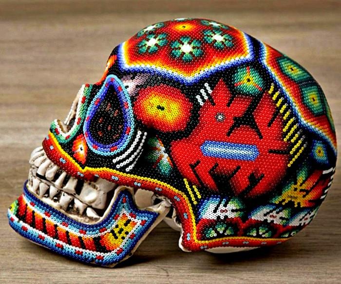 Традиционные орнаменты мексиканских индейцев на украшенных бисером черепах