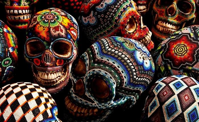 Черепа, украшенные бисером к Хеллоуину. Работа мексиканских индейцев и Катерины Мартин (Catherine Martin)