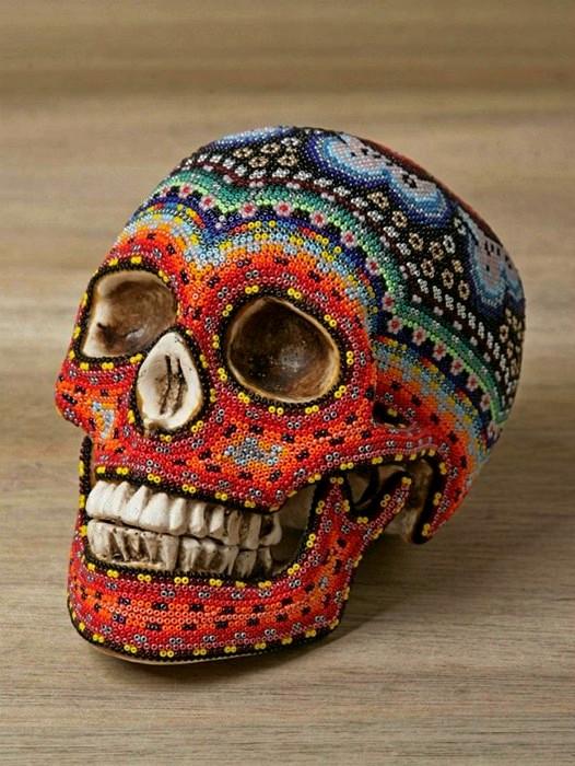 Черепа, украшенные бисером к Хеллоуину по узорам мексиканских индейцев