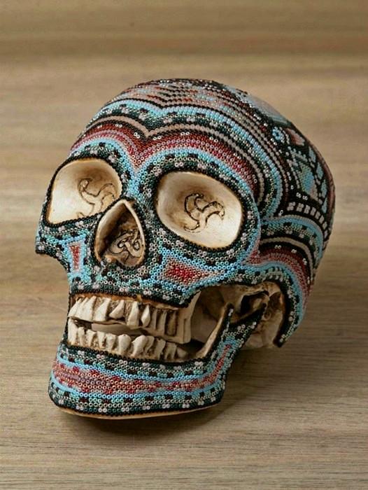 Традиционные орнаменты мексиканских индейцев на украшенных бисером черепах.