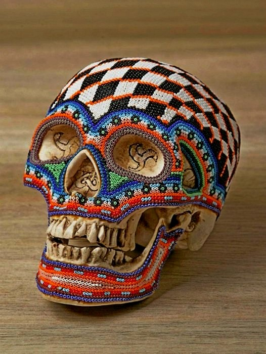 Гламурные черепа, украшенные бисером по узорам мексиканских индейцев