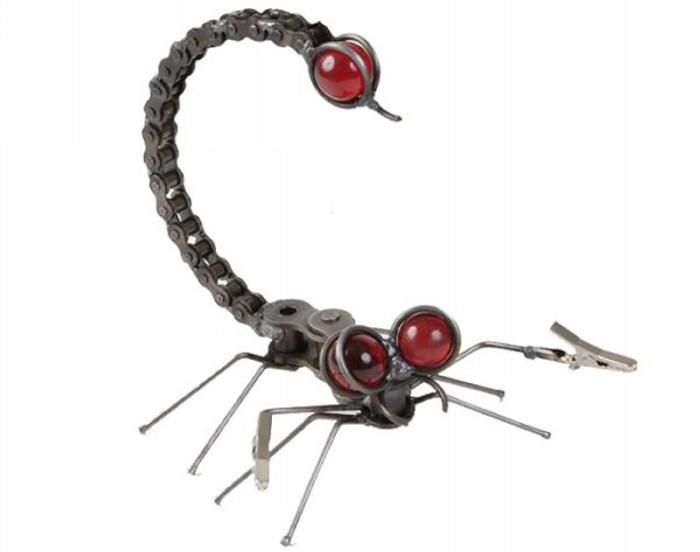 Скульптура скорпиона из велосипедной цепи