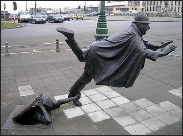Памятник *Шутка над полисменом*