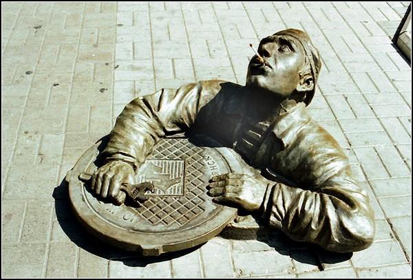 Памятник сантехнику Михе в Бердянске