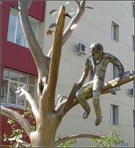 Памятник известной пословице в Якутске