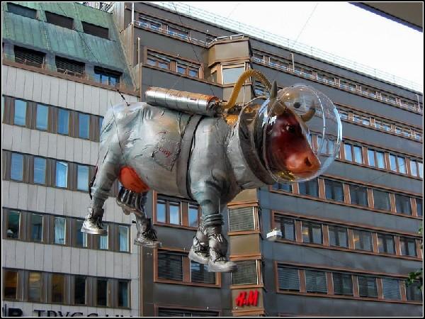 Корова в скафандре на площади Стокгольма (Швеция)