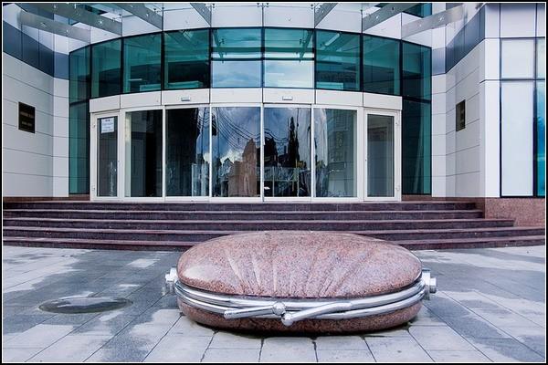 Памятник кошельку с деньгами