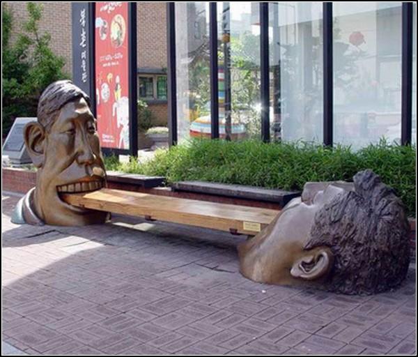 Необычная скульптурная скамейка в Сеуле