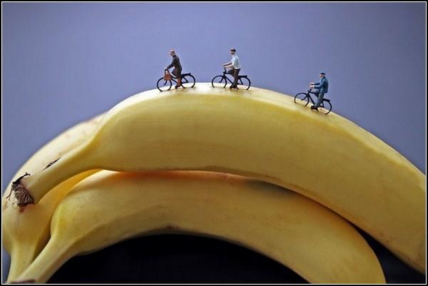 Маленькие люди, большие предметы. Банановые горки из фотопроекта Disparity
