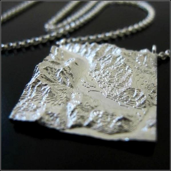 Ювелирные изделия от Fluid Forms с изображением рельефа и карты местности