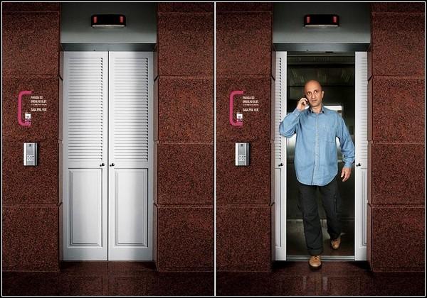 Реклама лубриканта на дверях лифта