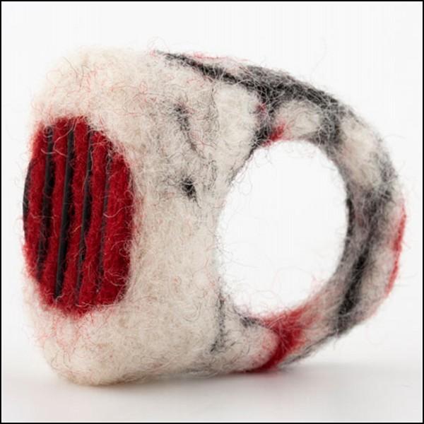 Felt Follows Form. Шерстяные кольца от Hanan Kedmi