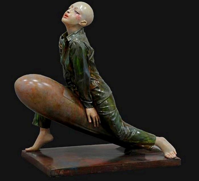 Несчастная лысая девушка в странных скульптурах Hu Ke
