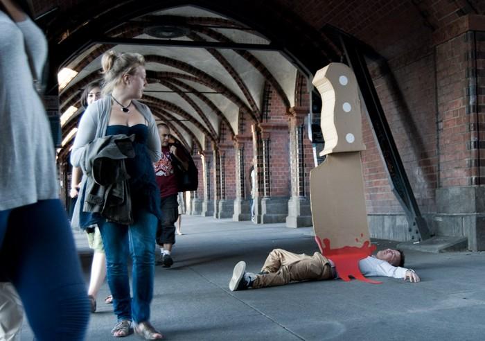 Юмористический арт-проект Giant Knife на улицах Берлина