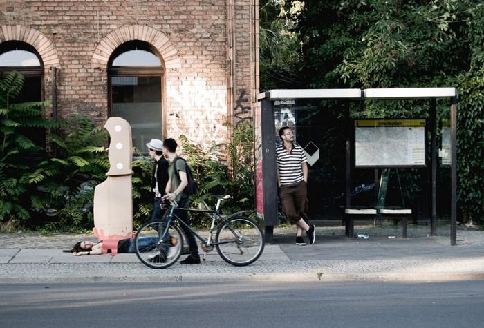 Стрит-арт с картонным ножом, проект Giant Knife на улицах Берлина