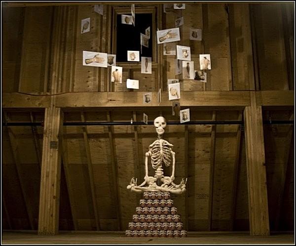 В'язаний скелет в арт-проекті Бена Куевас