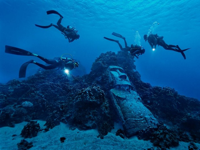 Divers, Easter Island
