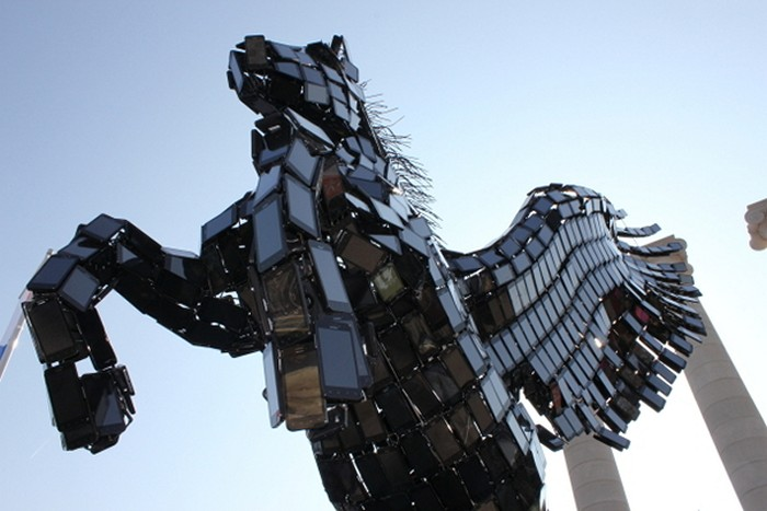 Рекламная скульптура Пегаса из 3500 смартфонов модели Huawei