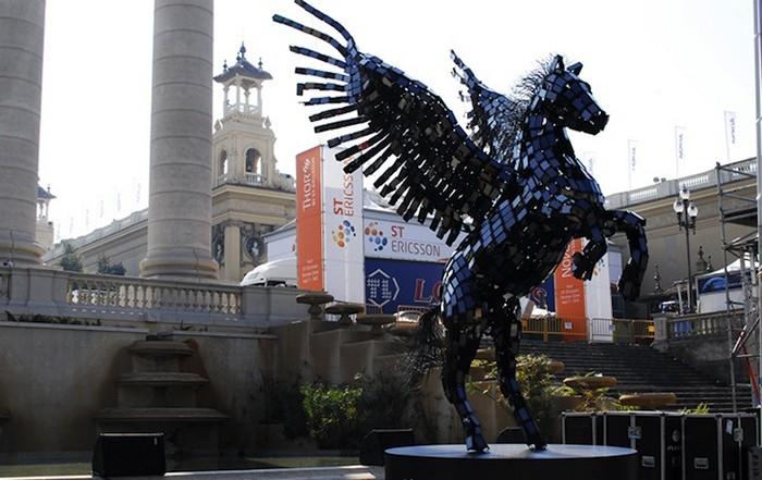 Рекламная скульптура Pegasus из 3500 смартфонов модели Huawei