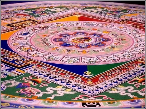 Мандалы готовят к соответствующему ритуалу... а потом разрушают