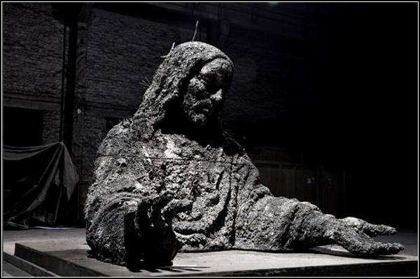 У Чжан Хуаня (Zhang Huan) не только Будда, но и Иисус из пепла