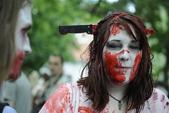 Окровавленные тела живых мертвецов вышли пугать людей