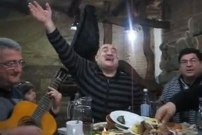 Песенку из советского мультфильма исполнили на грузинском застолье