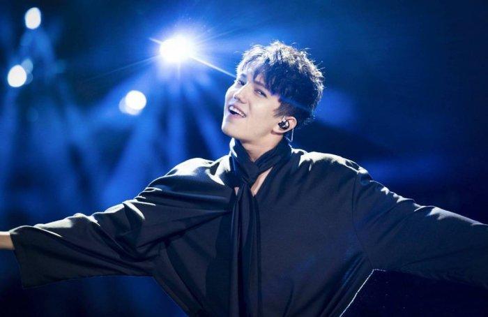 Димаш Кудайбергенов во время выступления на китайском шоу Singer-2017.